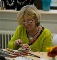 Foto van de edelsmid aan het werk in haar atelier in Eindhoven