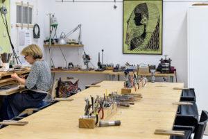 Goudsmit Ellen Yska in haar atelier